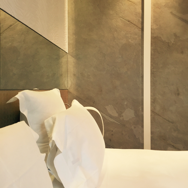 feuilles de pierre affordable decoration derriere poele a. Black Bedroom Furniture Sets. Home Design Ideas