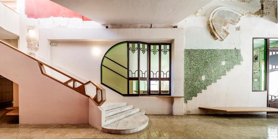 Ancienne et nouvelle fenêtre reliant le bar au vestibule © Adrià Goula
