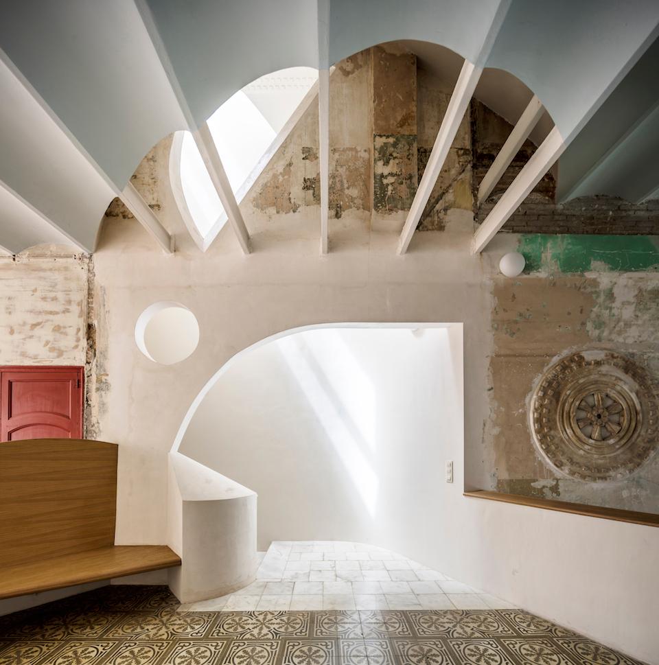 Arrivée sous l'arche et lumière zénithale © Adrià Goula