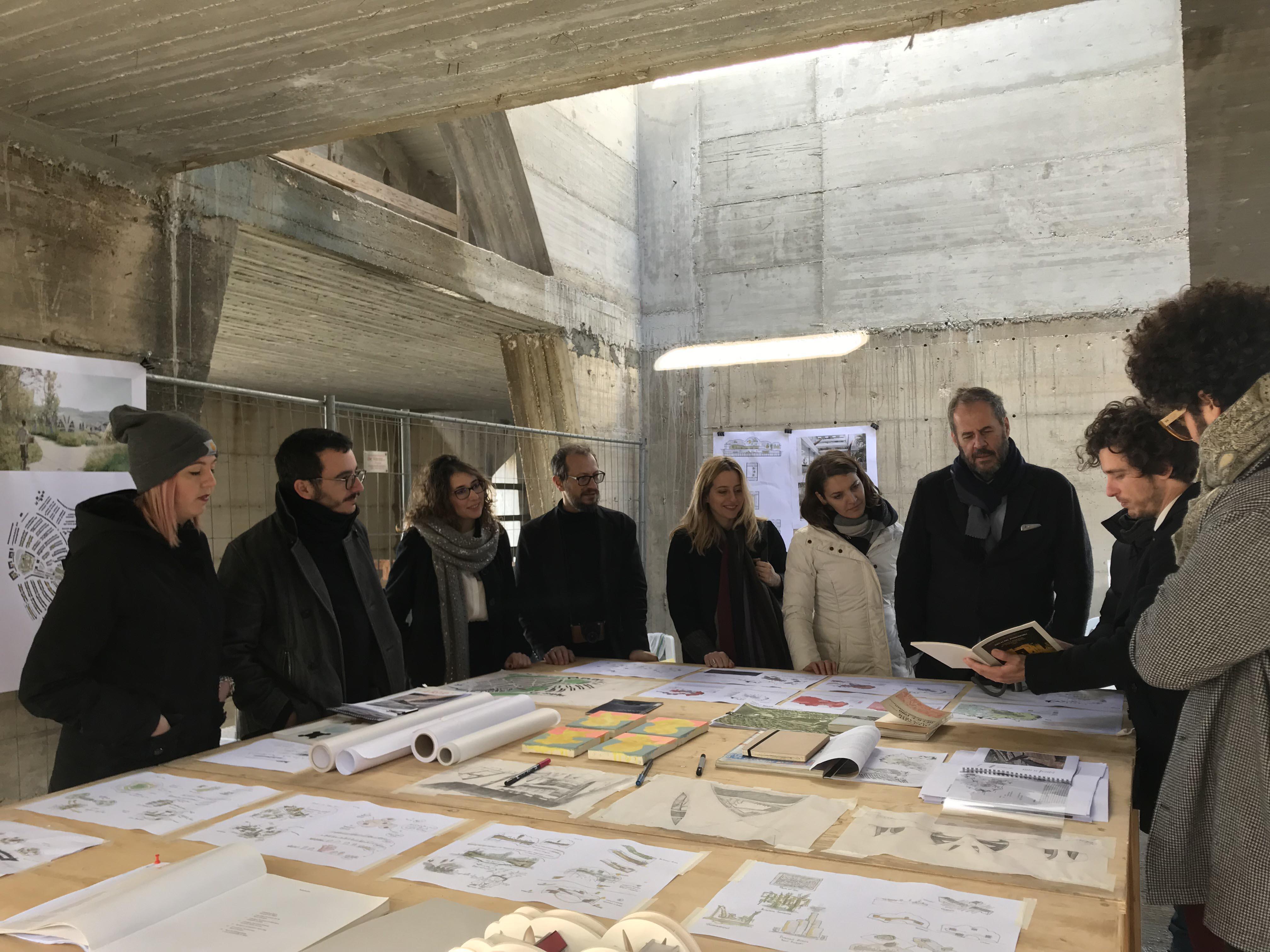 Atelier participatif à Gibellina Nuova, Trapani, 14/01/2018: Mario Cucinella et l'équipe au travail dans le Consagra Theater © staff Mario Cucinella