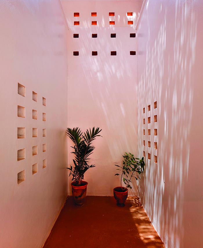 Niamey 2000 Housing, exterior corridor © united4design