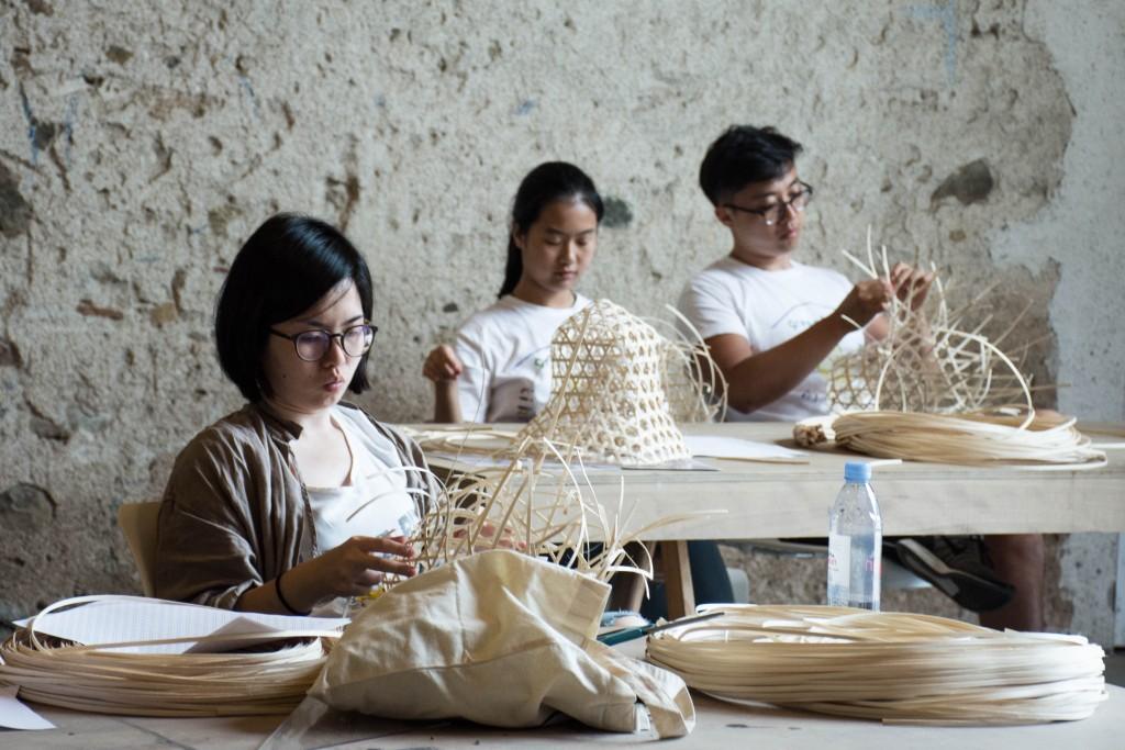 Atelier de Bertjan Pot portant sur les techniques traditionnelles pour la réalisation de paniers ©CIRECA_Domaine de Boisbuchet