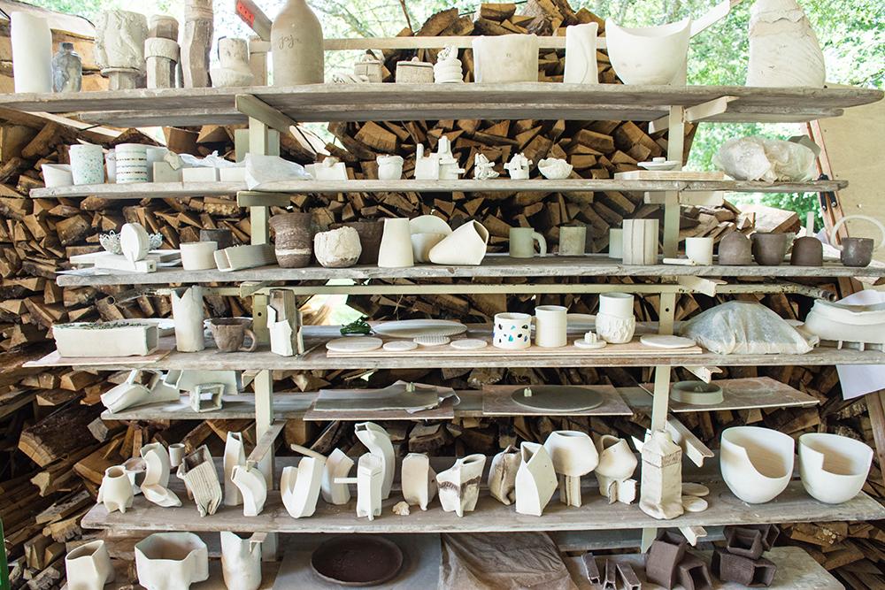 Atelier d'Hadrien Venat portant sur la confrontation entre le travail à la main traditionnel et la modélisation 3D de céramiques ©CIRECA_Domaine de Boisbuchet