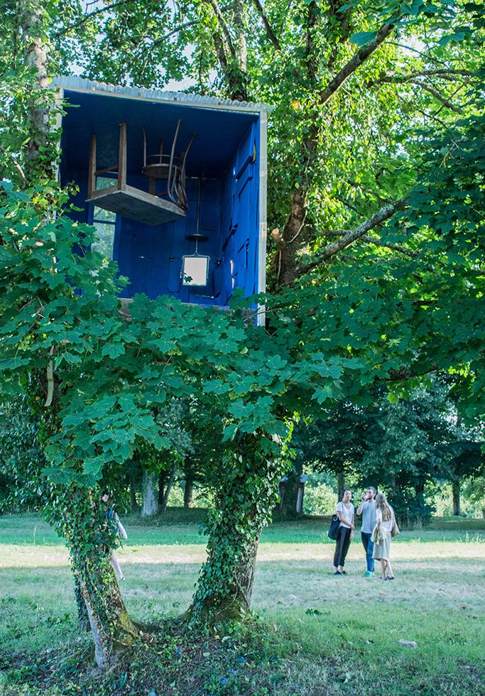 Atelier de Guillermo Santomà portant sur la réutilisation de matériaux locaux et naturels comme de la pierre ou du bois ©CIRECA_Domaine de Boisbuchet