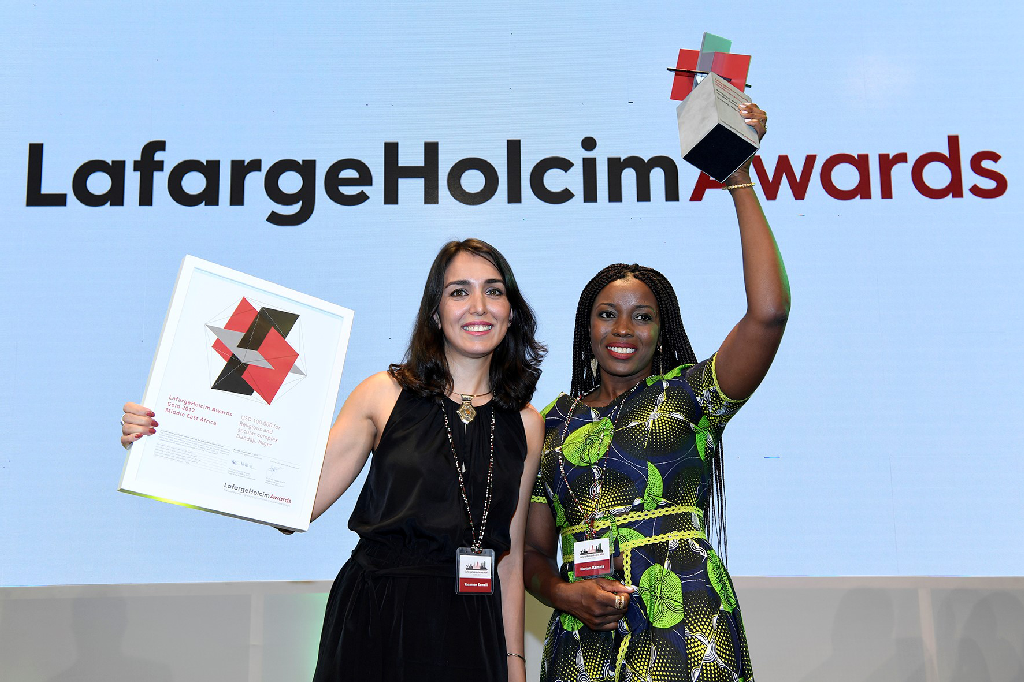 L'architecte iranienne Yasaman Esmaili l'architecte nigérienne Mariam Kamara lors de la cérémonie des LafargeHolcim Awards 2018 © Courtesy LafargeHolcim Foundation for Sustainable Construction