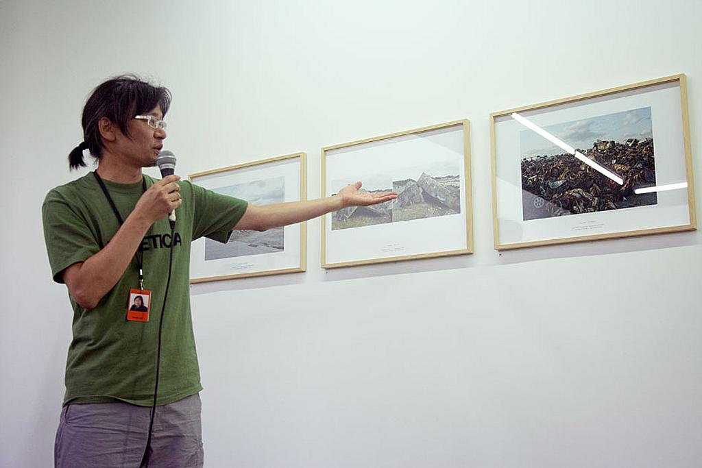 Tadashi Ono, lors Les Rencontres de la photographie, Arles, 2012. Exposition «Du 247E au 341E jour Tohoku» © Benjamin Mouly