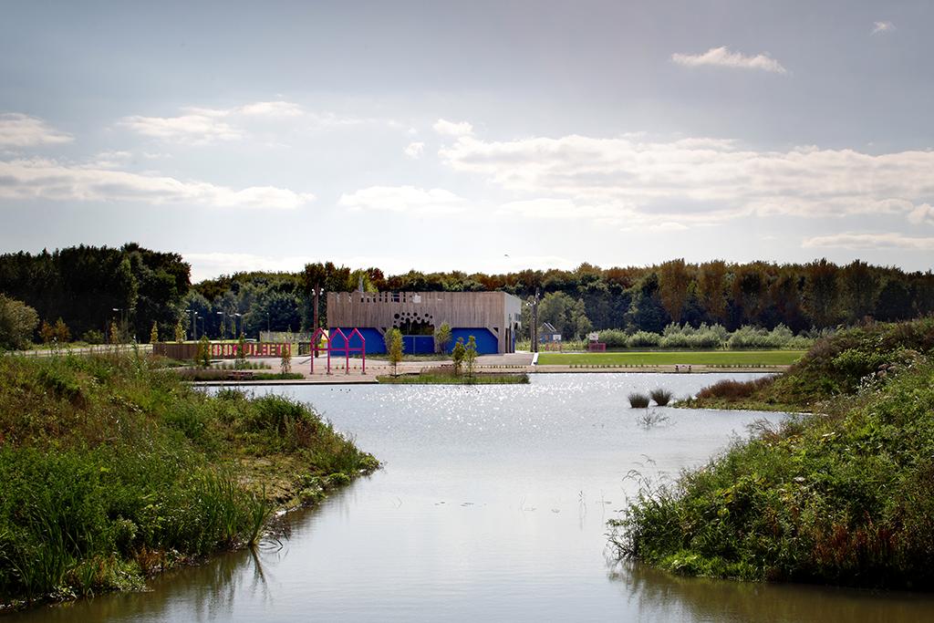 La Villa est un centre culturel et communautaire situé à Hoogvliet, au sud de Rotterdam, au cœur d'un parc de 5,4 hectares, tous deux dessinés par les architectes de l'ancienne agence FAT. © Rob Parrish