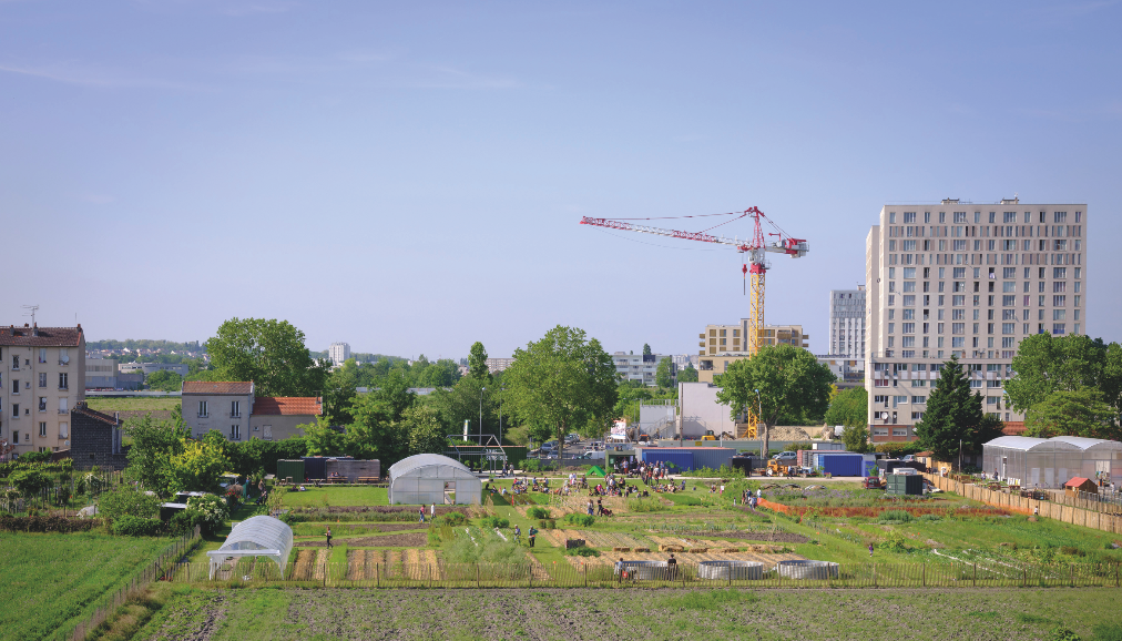 La Ferme Urbaine [the Urban Farm] in Saint-Denis is a 3.7-hectare farmland on the outskirts of Paris, managed by the Parti Poétique collective uniting beekeeper artists, together with the Fermes de Gally since 2018.