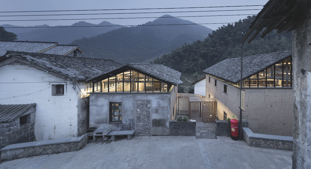 À Daijiashan, les architectes d'AZL Architects ont rénové deux anciennes maisons pour y installer la librairie ainsi qu'un café, sur 260 m2, reliés par une galerie ajourée en bois. © Yao Li