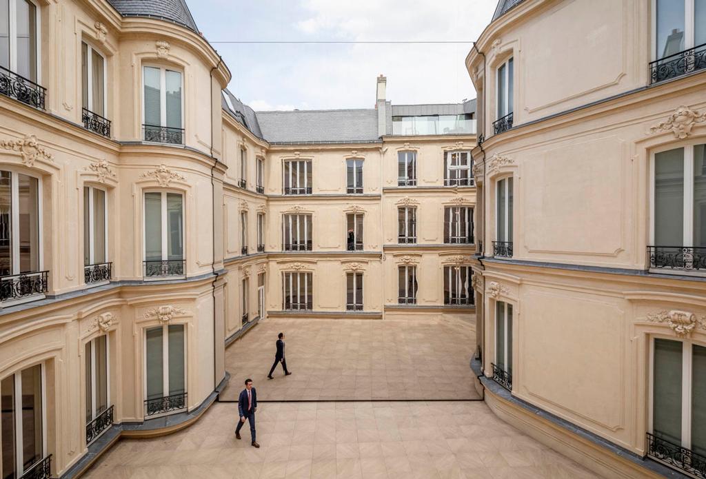 Projet lauréat. Le Mur Miroir, Avenue George V, Paris (8ème), 2018.  Vous Êtes Ici Architectes / Euro-Shelter  © DR via DP Duo at Work