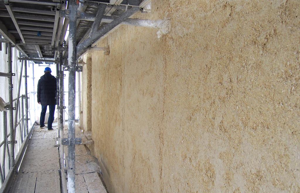 La chaux aérienne projetée sous forme de béton de chanvre permet de conserver les échanges hygroscopiques des murs existants.