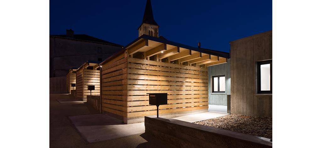 Garage en bois, devanture - 4 logements seniors, centre bourg de Lagney (54), Bagard & Luron, 2016 © Benoit Bost