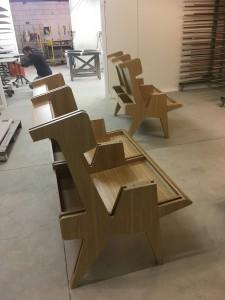 """Construction des fauteuils """"Tibériade"""" dans l'atelier ACORH dans le Tarn."""