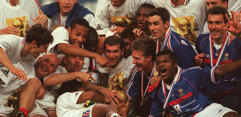 L'équipe de France victorieuse de la Coupe du monde de football 1998, sur la pelouse du Stade de France | SCAU