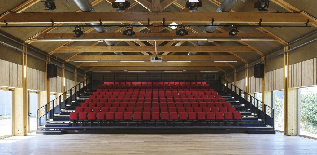 Les gradins déployés de la salle de spectacle, Guinée*Potin Architectes, 2020 © S. Chalmeau